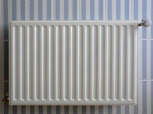 1280px-radiator_op_blauw-wit-gestreepte_tegels